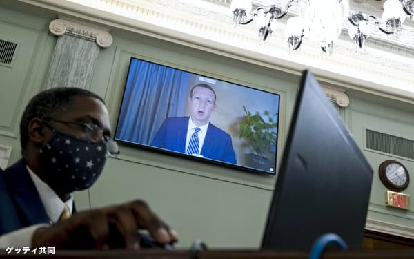 米議会上院の公聴会にオンラインで出席したフェイスブックのザッカーバーグCEO(奥)=10月28日、ワシントン(ゲッティ=共同)