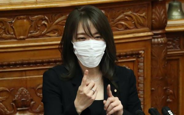 参院本会議で手話を交えて質問する自民党の今井絵理子議員(30日)