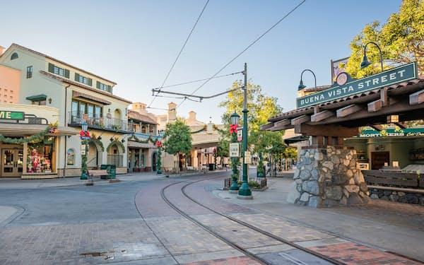 一部の土産店などを再開したディズニーランド内の「ブエナビスタ通り」(写真はディズニー提供)