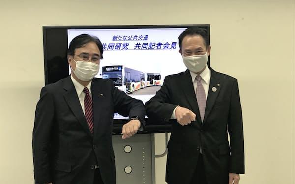 記者会見した南海電鉄の遠北社長(左)と和歌山市の尾花市長(30日、和歌山市)
