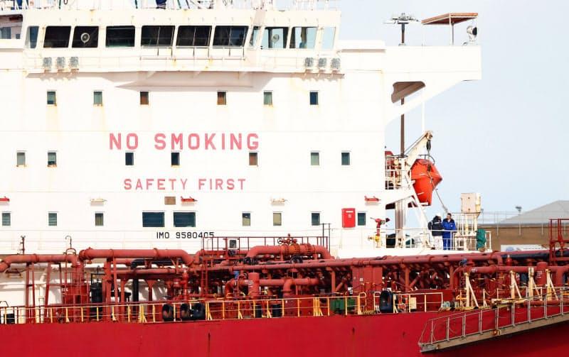 新型コロナの感染再拡大が原油需要に影を落とす(英南部に停泊中のタンカー)=ロイター