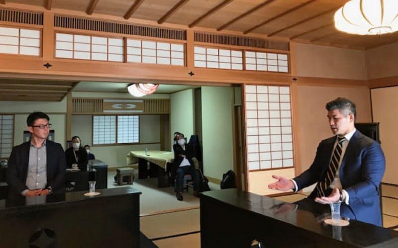 対談に参加した柔道男子日本代表の井上康生監督(右)=10月、東京都新宿区
