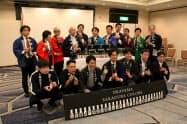 記念撮影に収まる岡山県内の酒蔵の代表者ら(30日、岡山市)