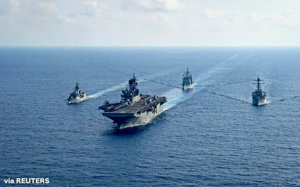 南シナ海で合同演習し中国をけん制する米豪軍(4月)=ロイター