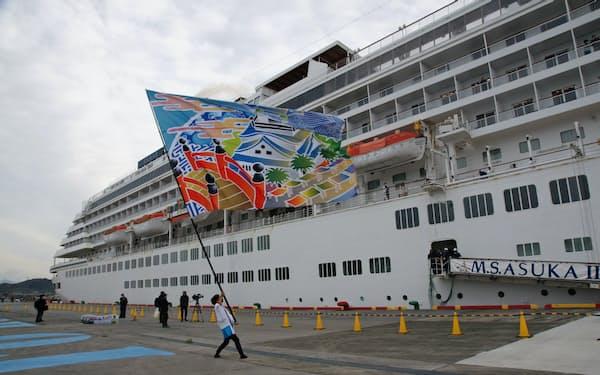 飛鳥2を「よさこい大旗」で出迎え(30日午前、高知新港)