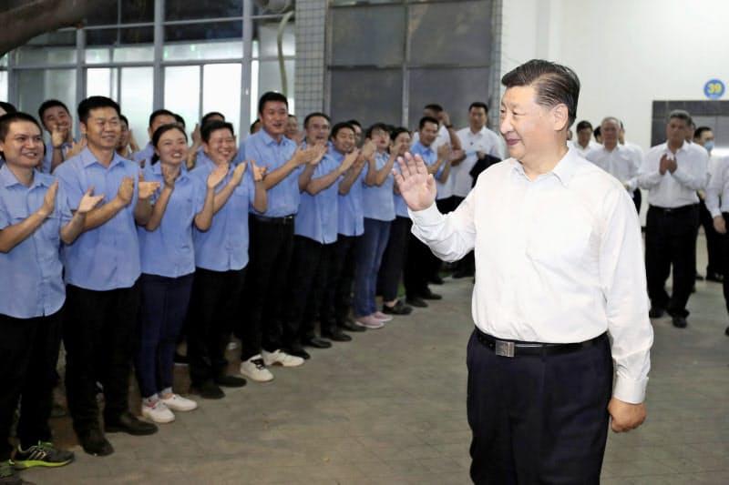 中国広東省の電子部品工場を視察する習近平国家主席(右)=10月、新華社共同