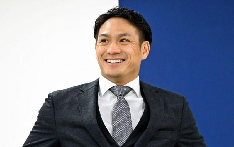 FA権を行使せず、広島残留を決め、記者会見に臨む田中広(30日、マツダスタジアム)=共同