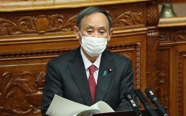 参院本会議で野党議員の質問に答える菅首相(30日)