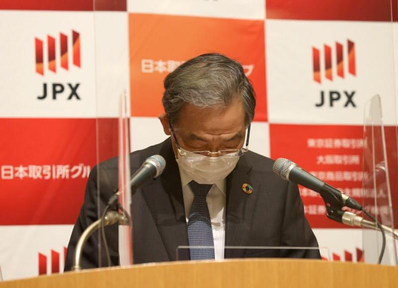 記者会見で謝罪の言葉を述べる日本取引所グループの清田CEO(30日、東証)