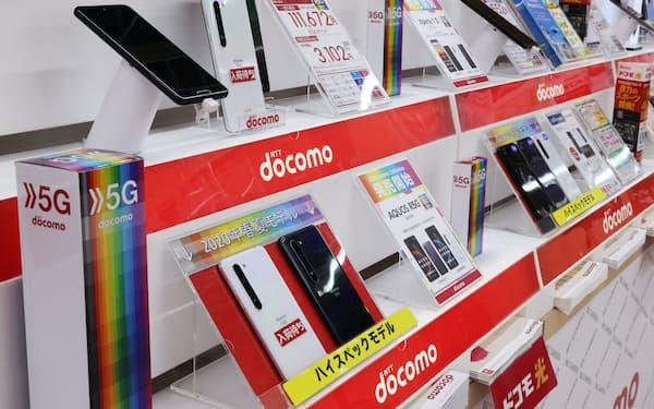 家電量販店の売り場に並ぶNTTドコモのスマートフォン(都内)