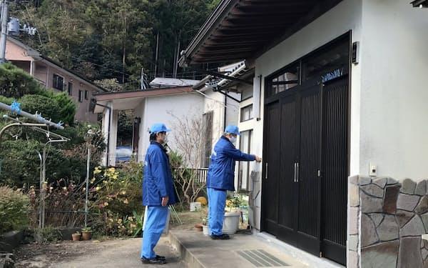 東北電力は戸別訪問で資料を配布し、女川原発2号機の安全対策などを説明する(1日、宮城県女川町)