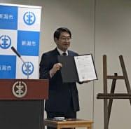 新潟市の中原八一市長は「世界首長誓約/日本」に署名した(1日、新潟市役所)
