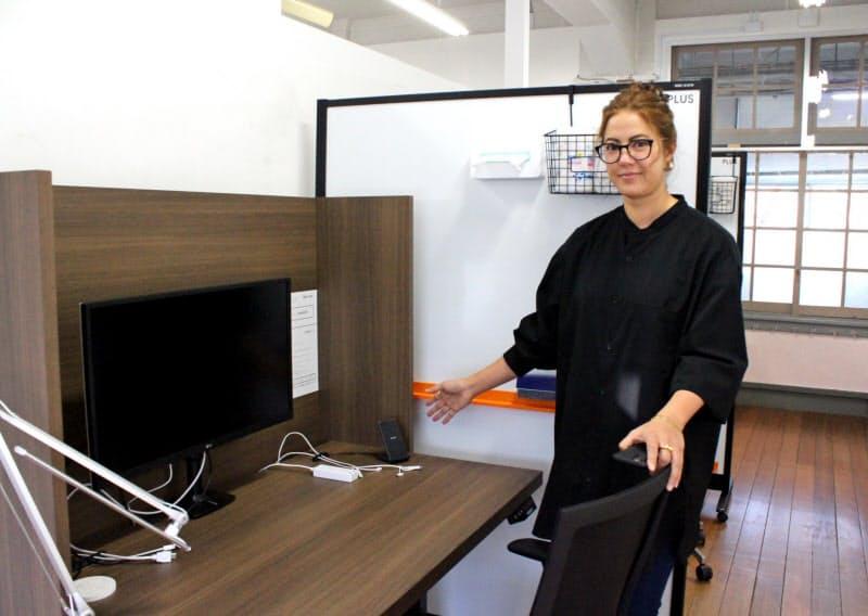 無人シェアオフィスのデスクにはモニターを設置し、仕切りも設けた(福岡市)