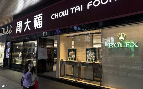 香港の周大福は観光客激減で打撃を受けた=AP