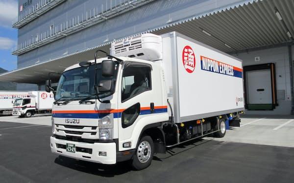日本通運が導入する医薬品専用トラック。冷蔵機能を備え、内部の温度や湿度などのデータを外部に送信する