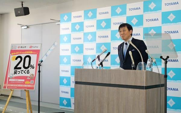 富山市内での非接触決済の普及を目指す(記者会見する森雅志市長、富山市役所)