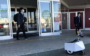アイシンは千葉大と配送サービス用ロボの実証実験を進めている(岐阜市)