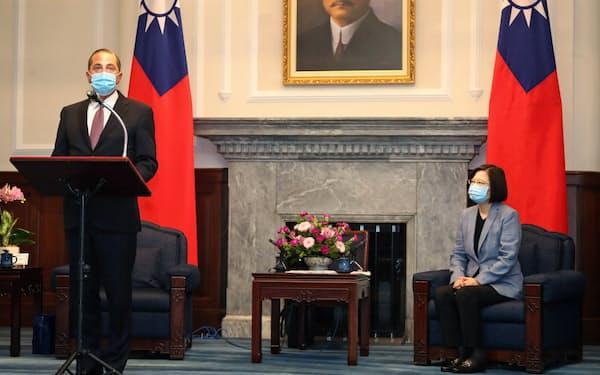 アザー米厚生長官(左)は8月に台湾を訪れ、蔡英文総統と会談した=ロイター
