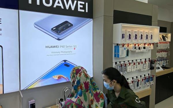 ファーウェイの携帯電話はインドネシアで人気機種の1つだ(1日、ジャカルタ)