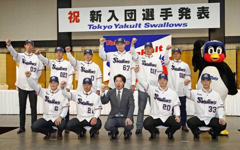 高津監督(前列中央)とポーズをとるドラフト1位の木沢(右隣)らヤクルトの新入団選手(1日、東京都港区)=共同