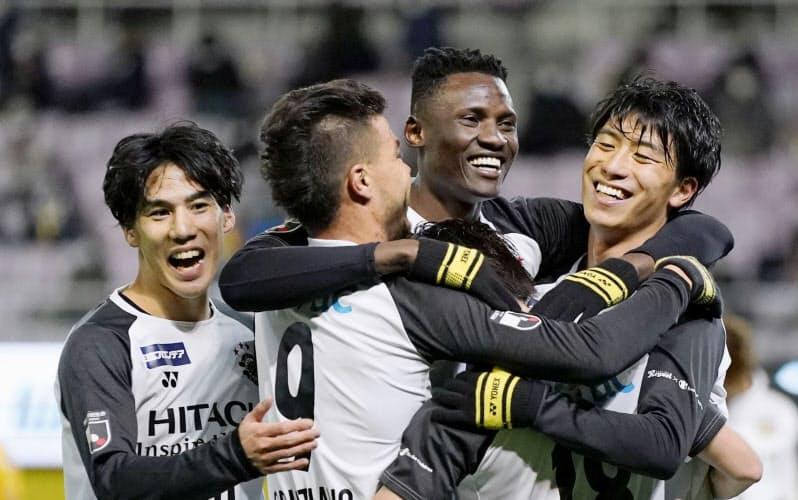 仙台―柏の後半、ゴールを決め、笑顔の柏・オルンガ=右から2人目(1日、ユアスタ)=共同