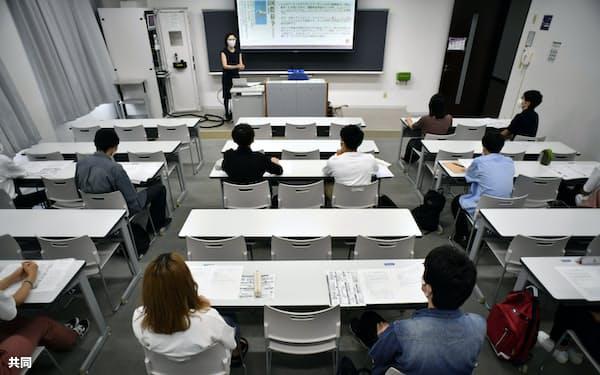 間隔を空けて着席する学生(京都市の同志社大)=共同