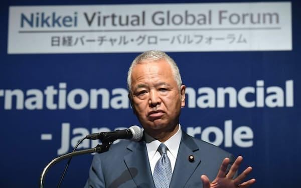 特別講演する甘利自民税調会長(2日午前、東京都港区)
