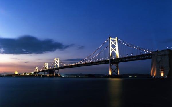 度重なる景気対策で日本中で道路や橋が整備された。公共事業では経済成長率は高まらず、政府債務の負担が残った