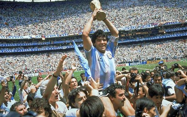 1986年W杯メキシコ大会で優勝し、トロフィーを掲げるアルゼンチンのマラドーナ=AP
