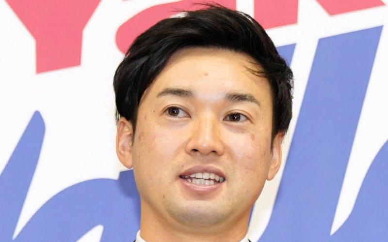 契約更改交渉を終え、記者会見するヤクルト・石山(2日、東京都内の球団事務所)=代表撮影・共同