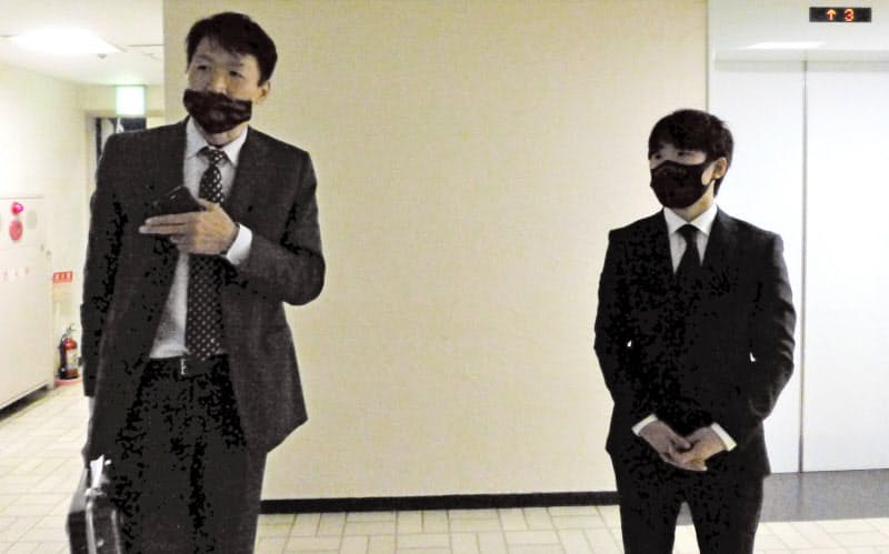 日本ボクシングコミッションを訪れ、謝罪報告後に取材に応じるWBCライトフライ級王者の寺地拳四朗(右)と父で所属ジムの寺地永会長(2日、東京都内)=共同