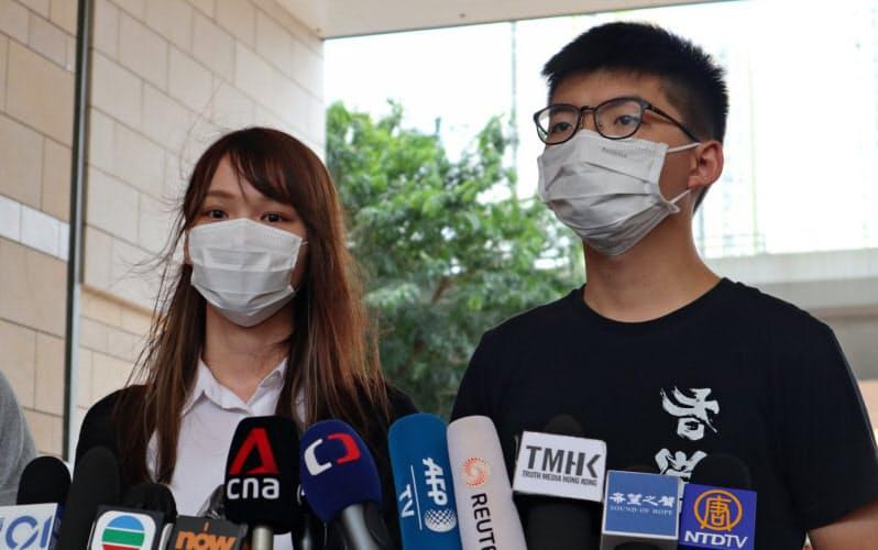 周庭氏(左)と黄之鋒氏は外国に民主化を訴える役割を担っていた(8月、香港)