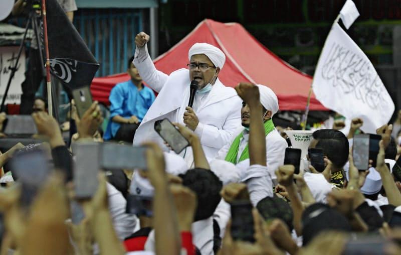 インドネシアのイスラム強硬派団体の指導者、ハビブ・リジク・シハブ氏はサウジアラビアから帰国直後、支持者の前で気勢を上げた(ジャカルタ、11月10日)=AP