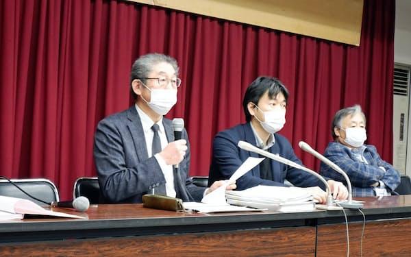 2日記者会見した前学長の弁護士(左)