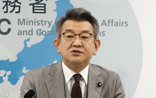 記者会見する武田総務相(1日、総務省)=共同
