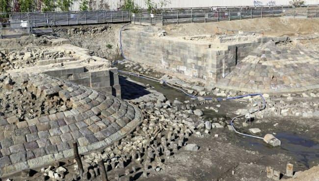 日本初の鉄道の遺構「高輪築堤」の一部(11月28日、東京都港区)=JR東日本提供