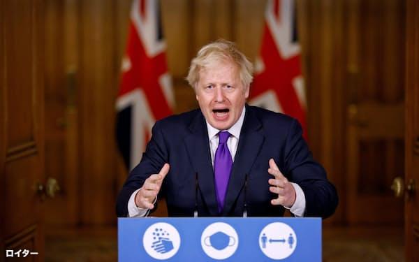 記者会見するジョンソン英首相(2日、ロンドン)=ロイター