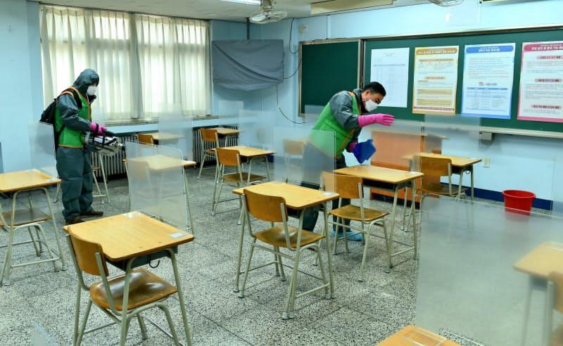 試験会場となった教室は前日のうちに念入りに消毒された(2日、ソウル市郊外の試験会場)