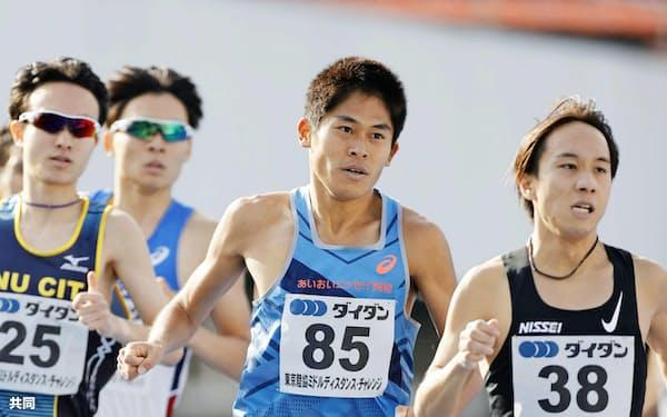 10月に行われた東京陸協ミドルディスタンス・チャレンジの男子1500メートルに出場した川内(右から2人目)=共同