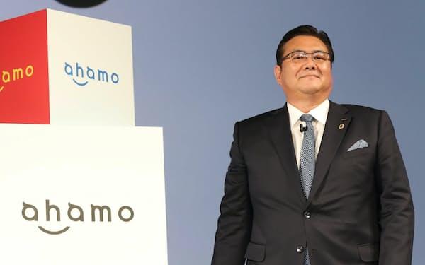 NTTドコモの新料金プラン「ahamo(アハモ)」を発表する井伊基之社長(3日、東京都渋谷区)