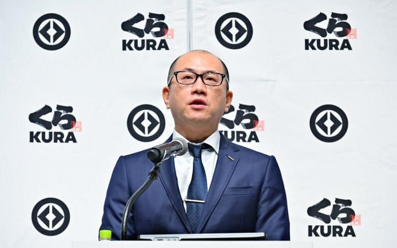 記者会見するくら寿司の田中副社長(東京・渋谷)