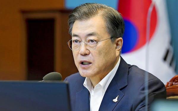 「被害者中心主義」を唱える韓国の文在寅大統領は元徴用工問題の打開案に関しては沈黙を続けている=韓国大統領府提供・共同