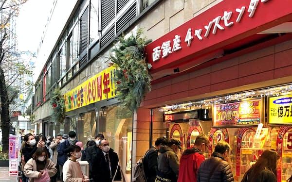 人気売り場は行列が絶えない(12月、東京・銀座の西銀座チャンスセンター)