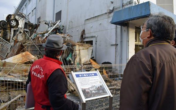 震災遺構の気仙沼向洋高校旧校舎を見学する参加者(3日、宮城県気仙沼市)
