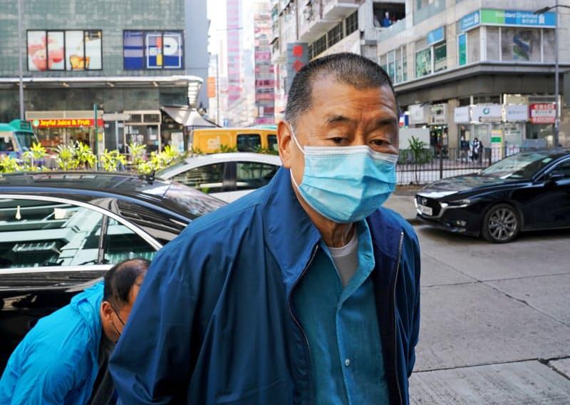 警察署に出頭したアップル・デイリー創業者の黎智英氏(2日、香港)=ロイター