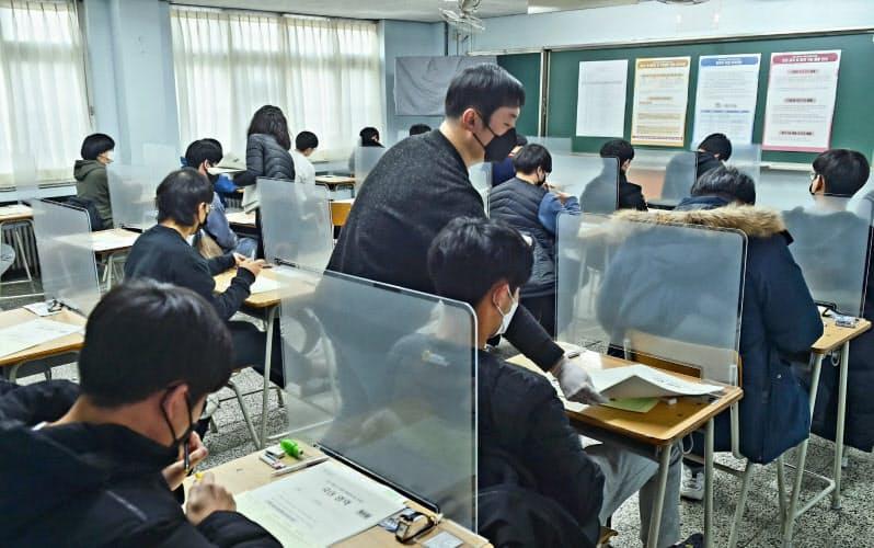 全国1383カ所の受験会場で防疫措置がとられた(3日、ソウル市郊外の試験会場)