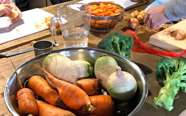 体験イベントで収穫した様々な野菜。参加した親子が調理し、カレーを作った