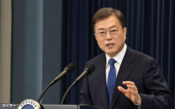 支持率が急落した韓国の文在寅(ムン・ジェイン)大統領=ロイター