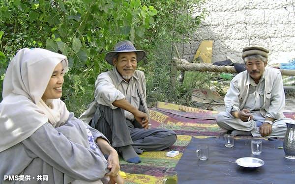 アフガニスタンで中村哲さん(右)と写真に納まる藤田千代子さん(左)(2005年9月)=PMS提供・共同