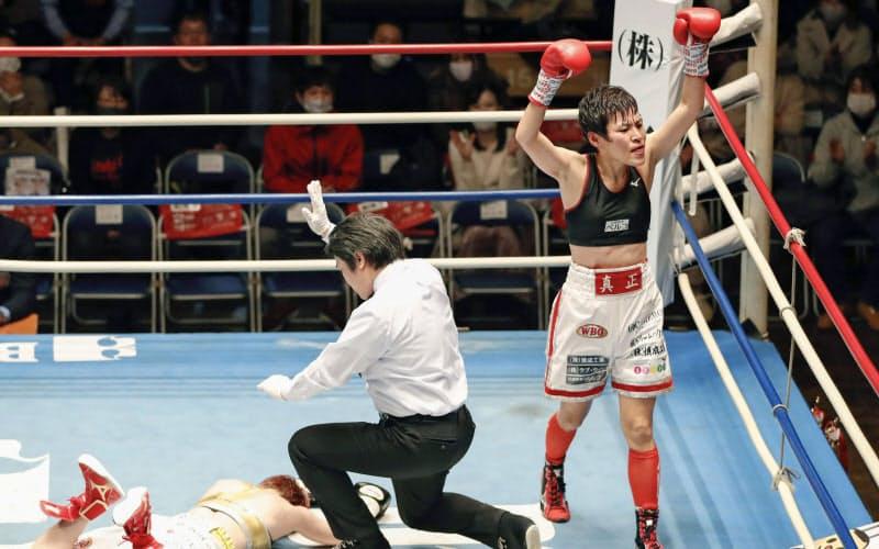 9回、TKOで宮尾綾香(左)を下し、ガッツポーズする多田悦子(3日、後楽園ホール)=共同